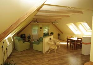 společenská místnost (krb, kuchyň...přistýlka 2x)