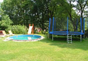 trampolína, součást dětského hřiště