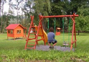 houpačky, dětské hřiště u chalupy